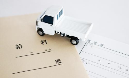 トラック運転手の給与を種類や年齢別で徹底解説!年収アップのコツも