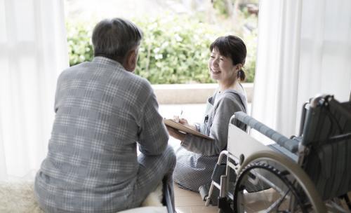 福祉系の仕事のお給料を徹底解説!職業別の年収や、年収アップのコツなど