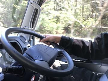 【夜勤のアパレル商品配送ドライバー】要中型免許